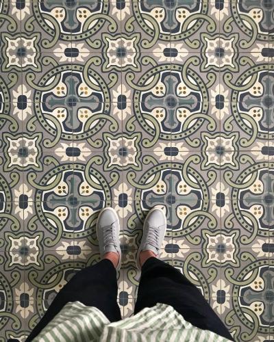 Цементная плитка со сложным рисунком в испанском стиле.