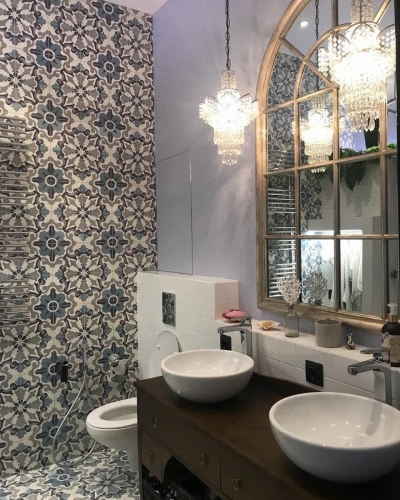Ванная комната с большим зеркалом