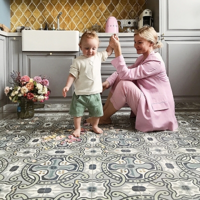 Красивая цементная плитка Luxemix на полу в кухне