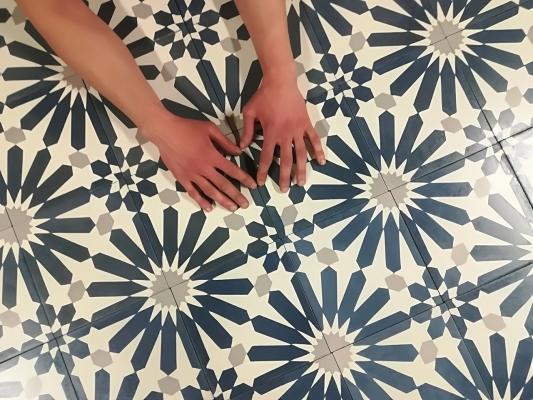 """Квадратная цементная плитка ручной работы от Luxemix с узором """"Chamomile"""" (Ромашка)."""