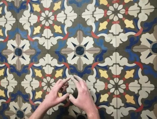 Цементная плитка с красивым цветочным узором для коридора