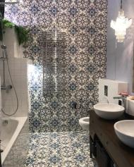 Ванная комната с красивой узорной плиткой Luxemix на стенах
