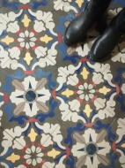 Цементная плитка с ярким цветочным узором для коридора