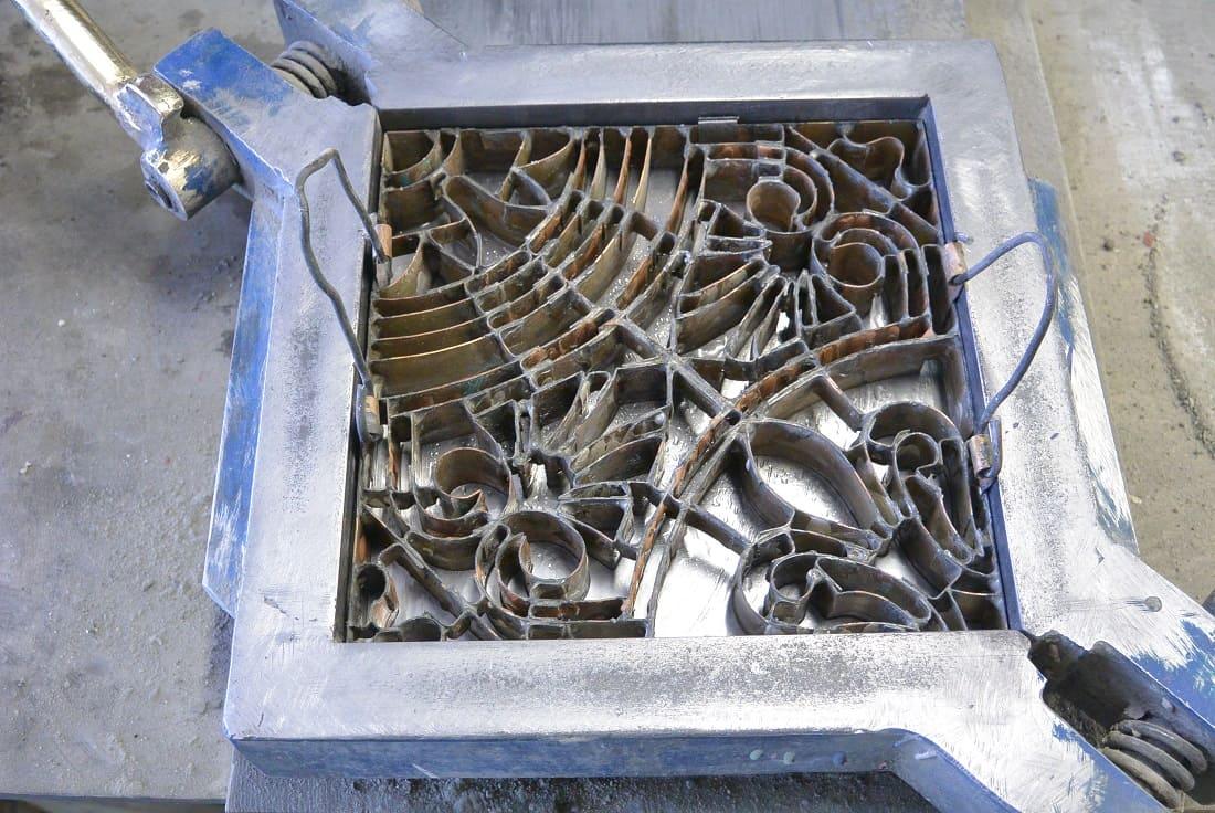 Установка матрицы для изготовления цементной плитки в квадратную пресс-форму