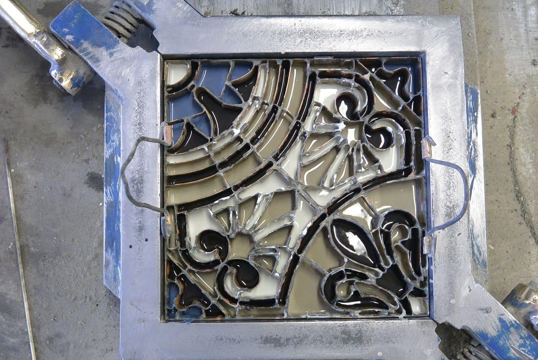 Заливка цементной краски в специальный трафарет для изготовления цементной плитки