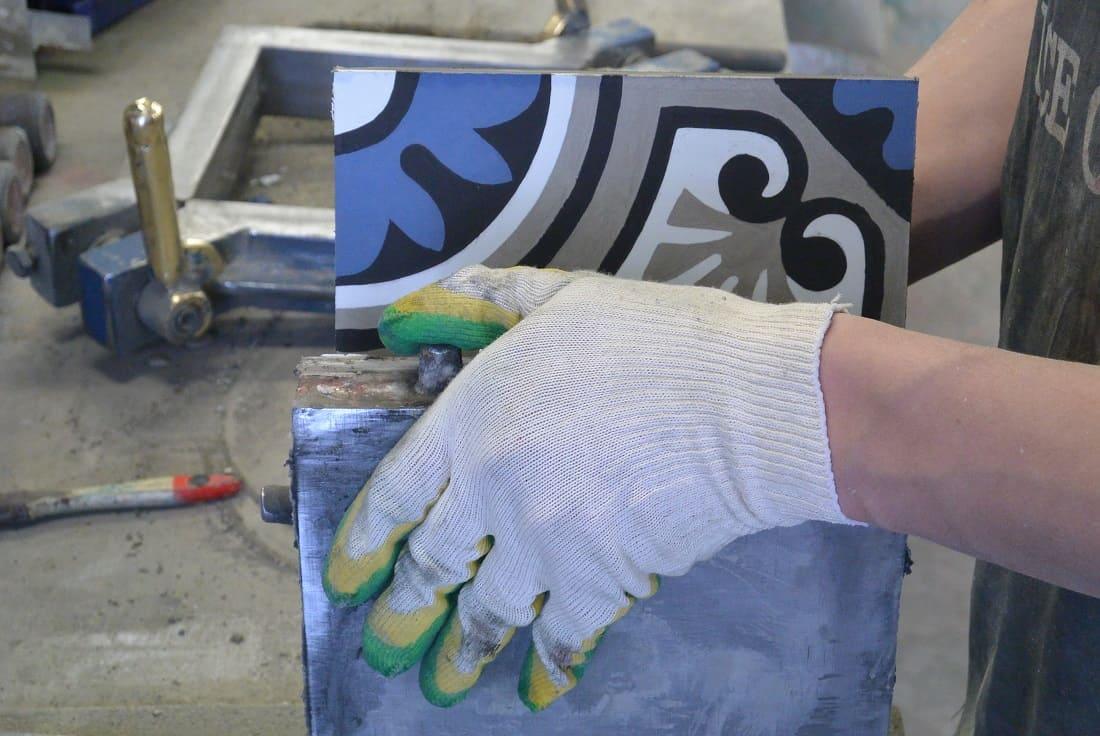 Снятие цементной плитки с пресс-формы