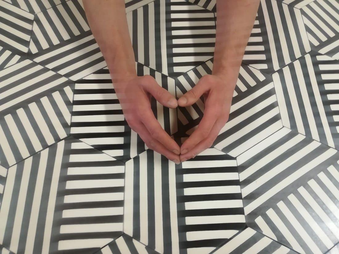"""Шестиугольная цементная плитка ручной работы от Luxemix с узором """"Гребешок"""" (Comb). Коллекция Hexagon (hex_07c1)"""